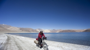 Cyling-at-Pangong-Tso-lake-circuit