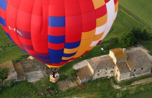 hot-air-balloon-over-old-tuscan-roofs