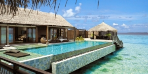 reethi-rah-villa-suite-exterior-details-over-water-infinity-pool1