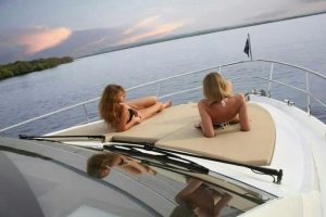 enjoy-sea-party-on-luxary-yatch