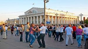 people-dance-on-birzhevaya-ploshchad-in-st-petersburg
